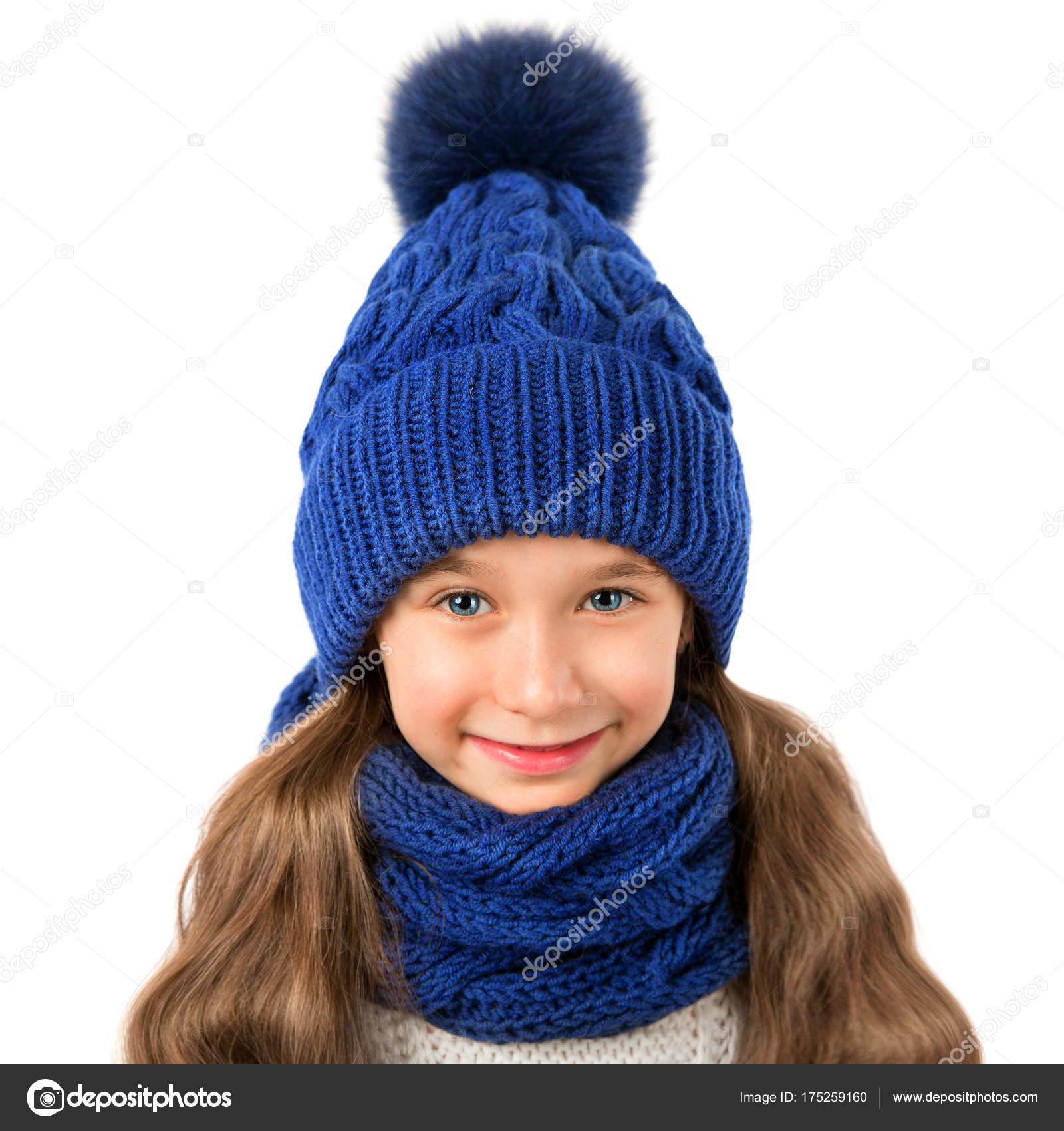 Hermosa niña de gorro azul de invierno y bufanda aislado sobre fondo  blanco. Ropa de invierno de niños - fotos  gorros de lana para niños — Foto  de ... 43a6131ed2a