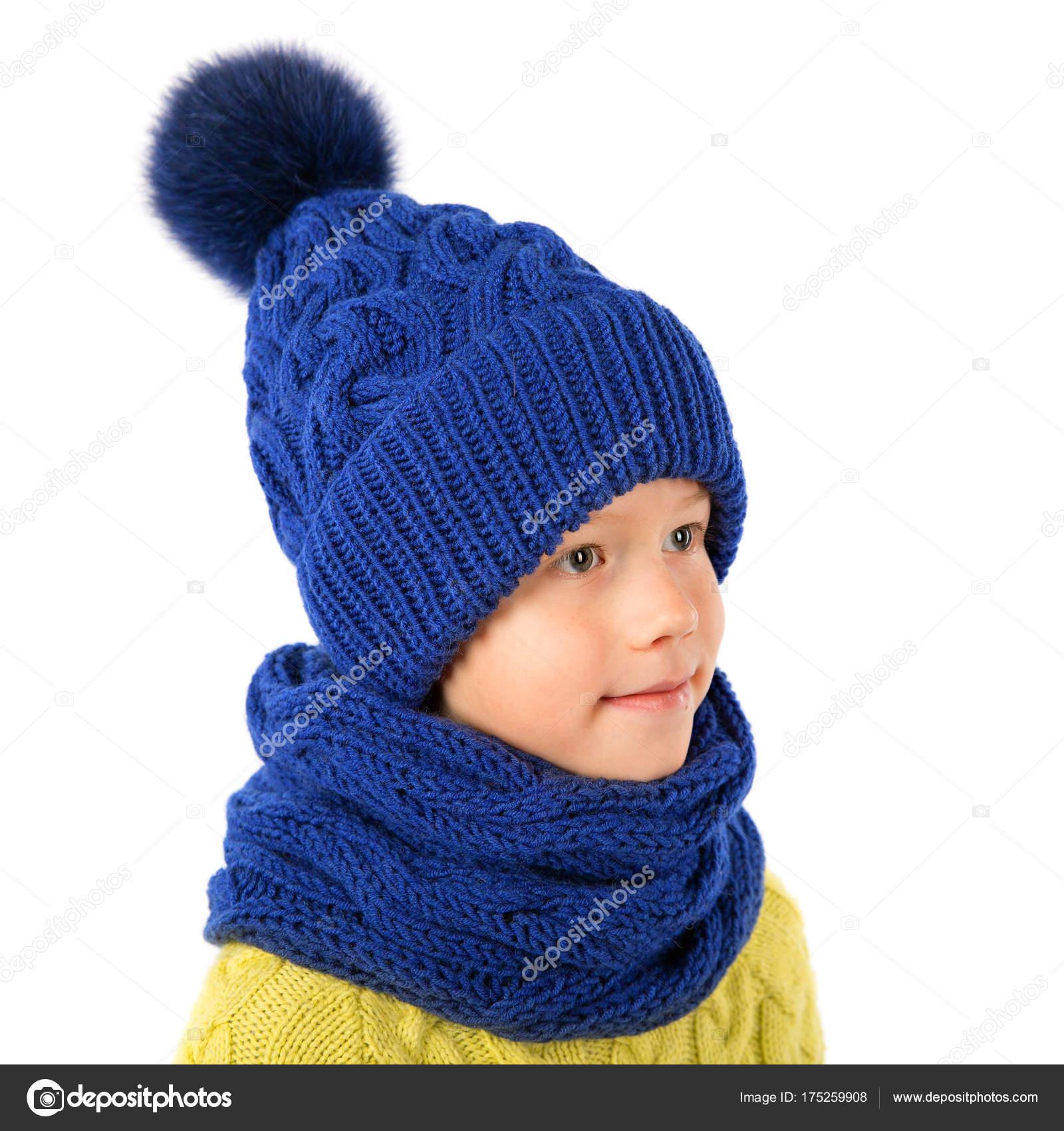 Niño hermoso gorro azul de invierno y bufanda aislado sobre fondo blanco.  Ropa de invierno de niños - fotos  gorros invierno niños — Foto de  SvetaOrlova ... 01c3b582b60