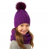 Krásná holčička v zimě teple fialová čepice a šála izolované na bílém. Dětské zimní oblečení