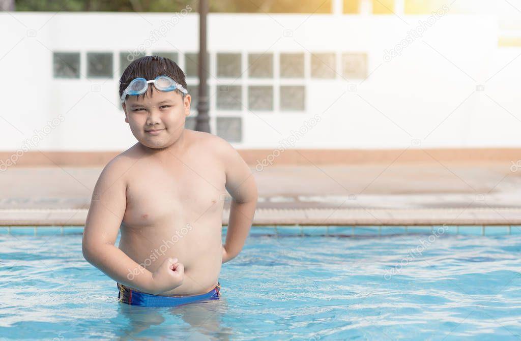 obèse gros joufflu en piscine, concept en bonne santé et