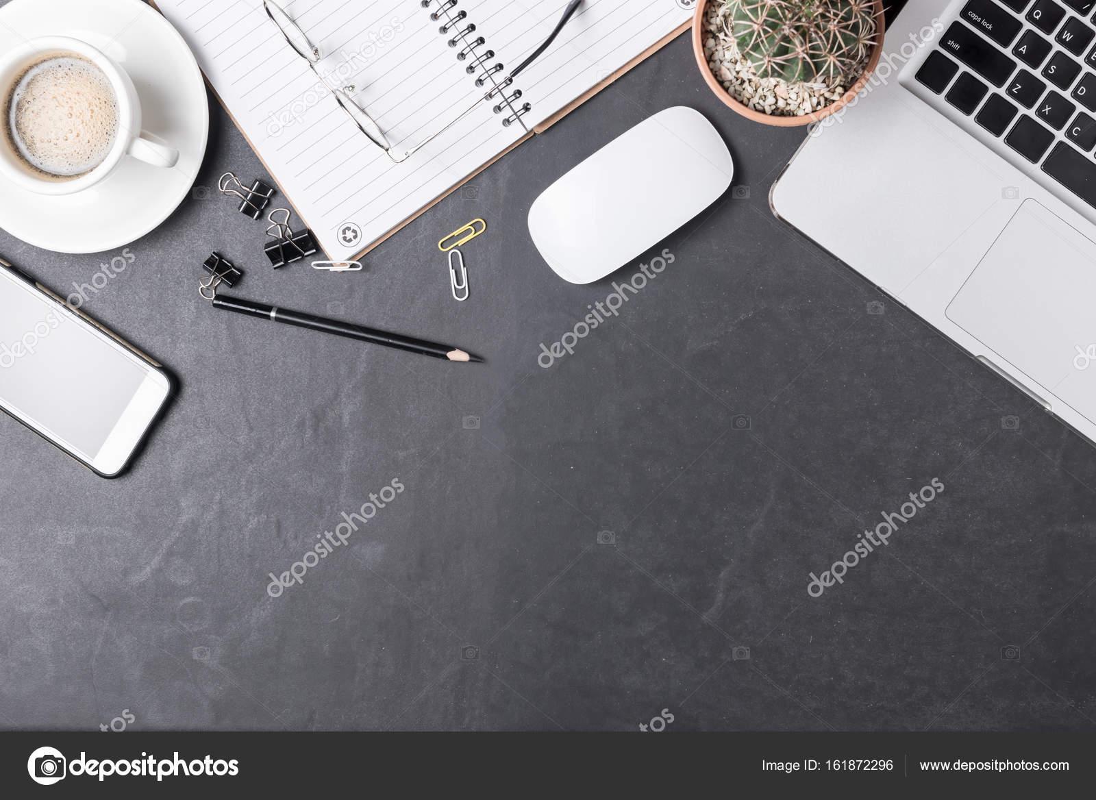 Scrivania Ufficio Nera : Tavolo scrivania ufficio nero con computer smartphone e forniture