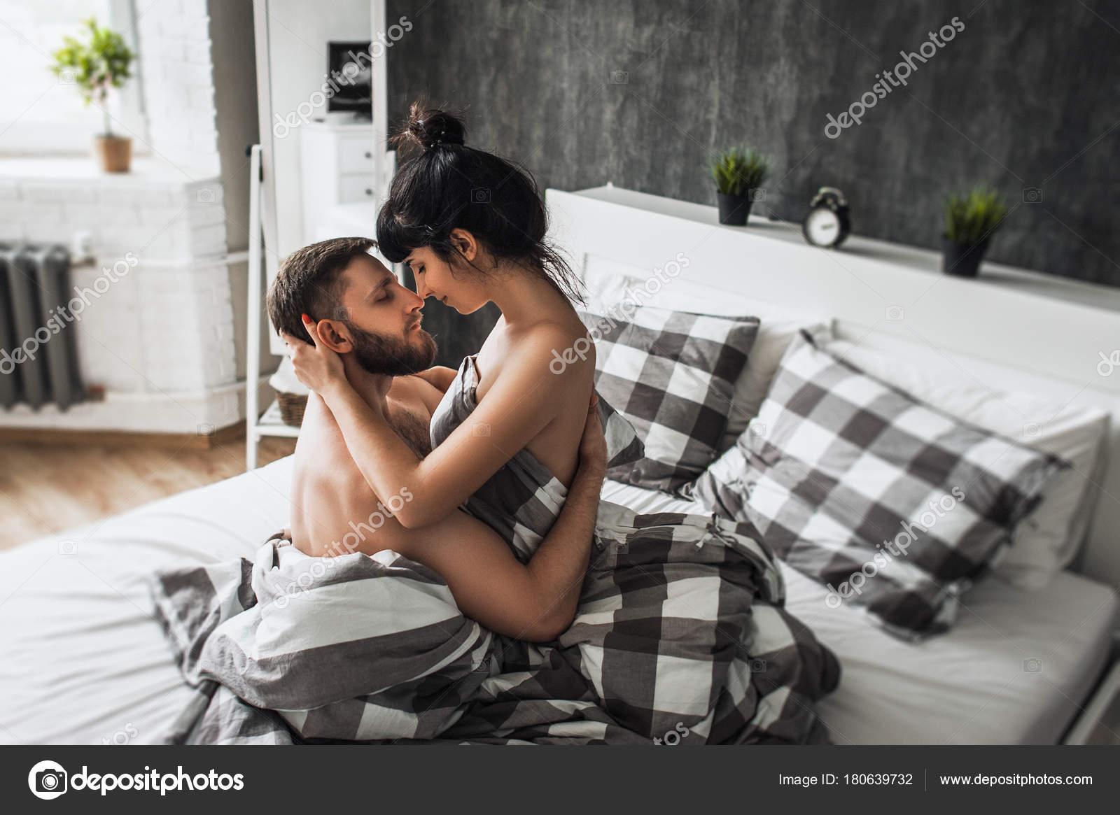 Мужчина с женчиной первая брачная ночь секс