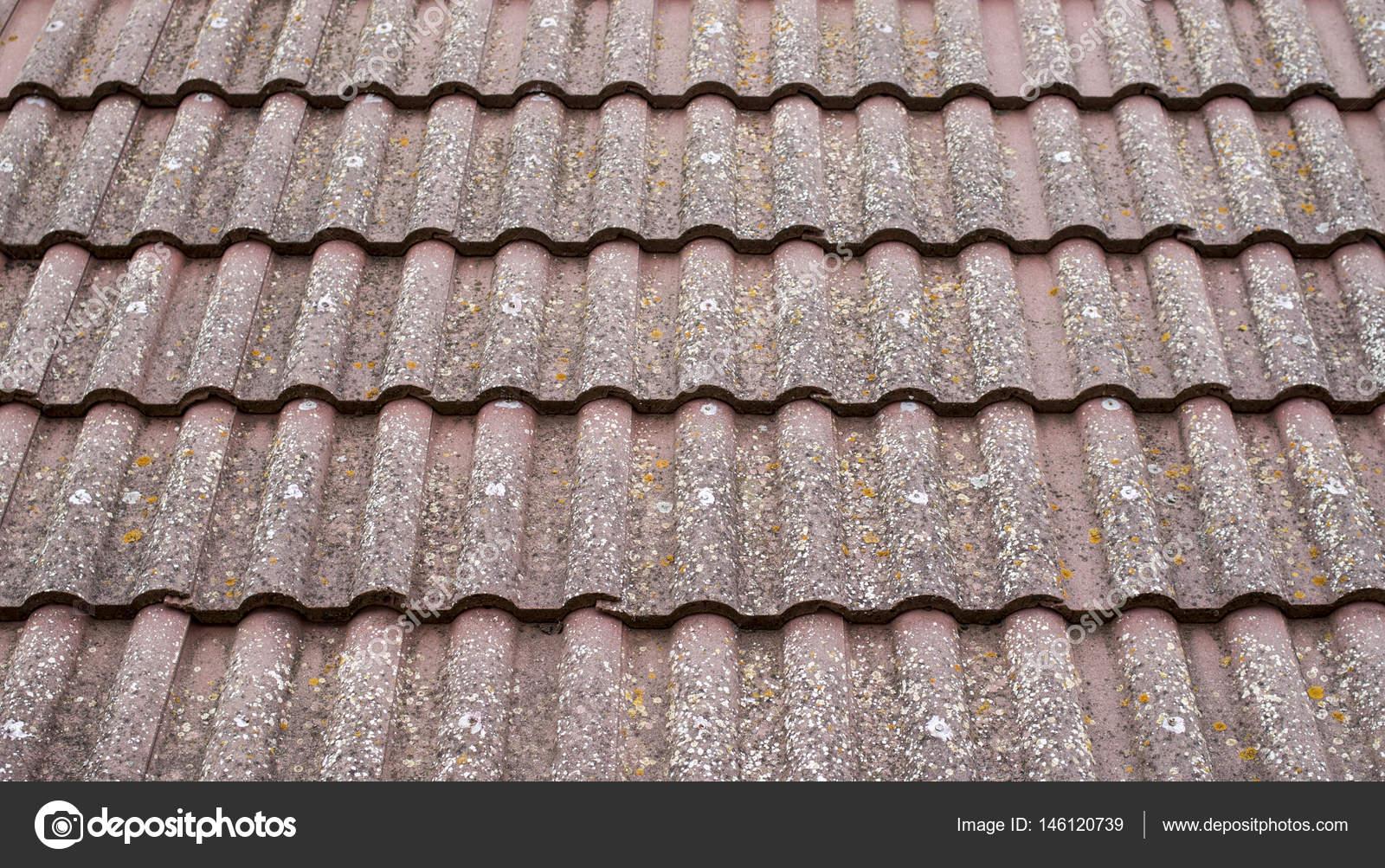 Vecchio tetto con piastrelle in ceramica closeup u foto stock