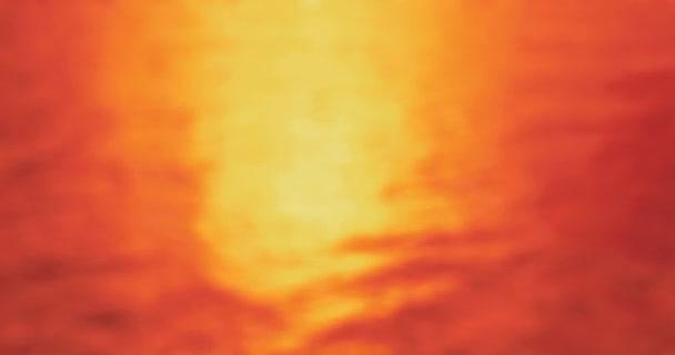 Při západu slunce - bezešvé smyčka zcela rozostřeného 4k-shot lehce zvlněnou vodní hladiny. Slunce je nízko a odražené světlo je lesknoucí se na vodní hladině - Prores