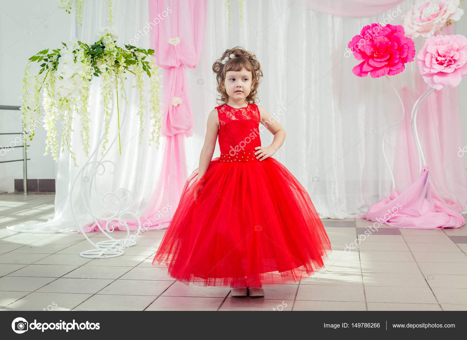 Niña De Vestido Rojo Foto De Stock Axl Video 149786266