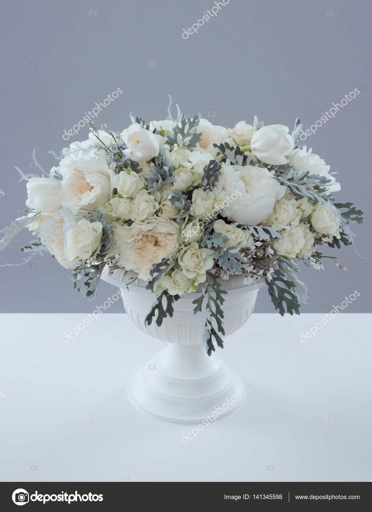 Schonen Weissen Blumenstrauss In Vase Stockfoto C Nelapsiart 141345598