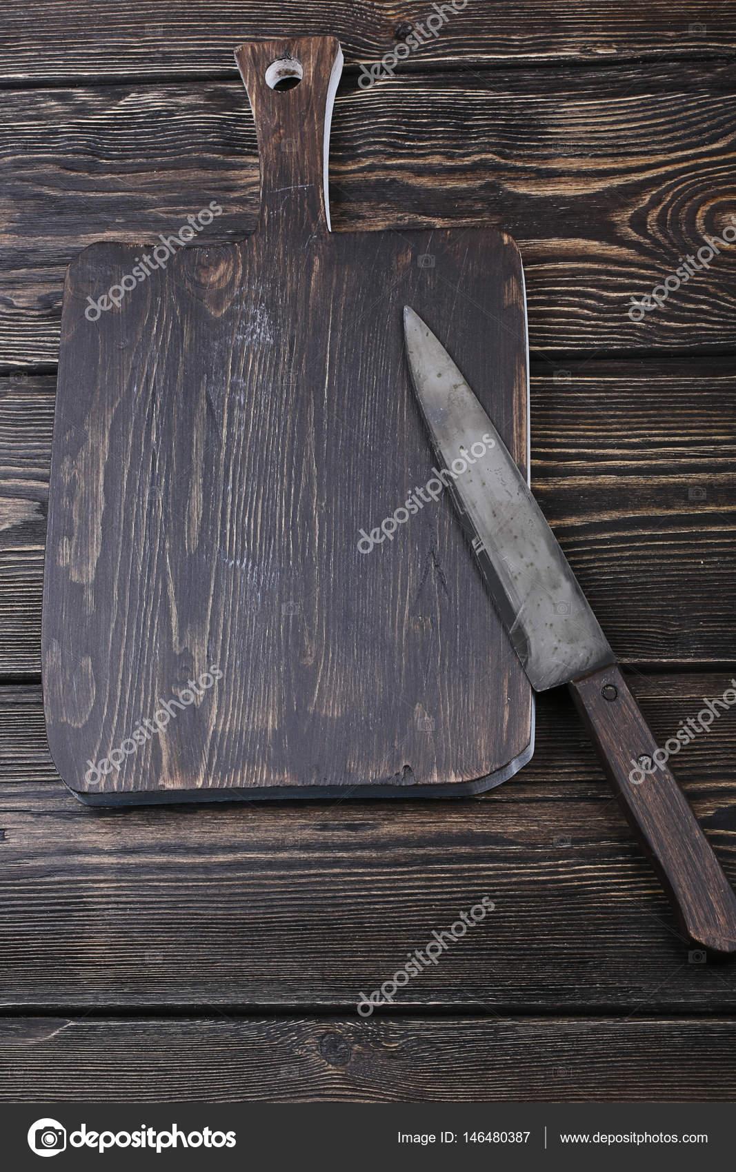 planche à découper avec un couteau pour trancher sur le fond en bois