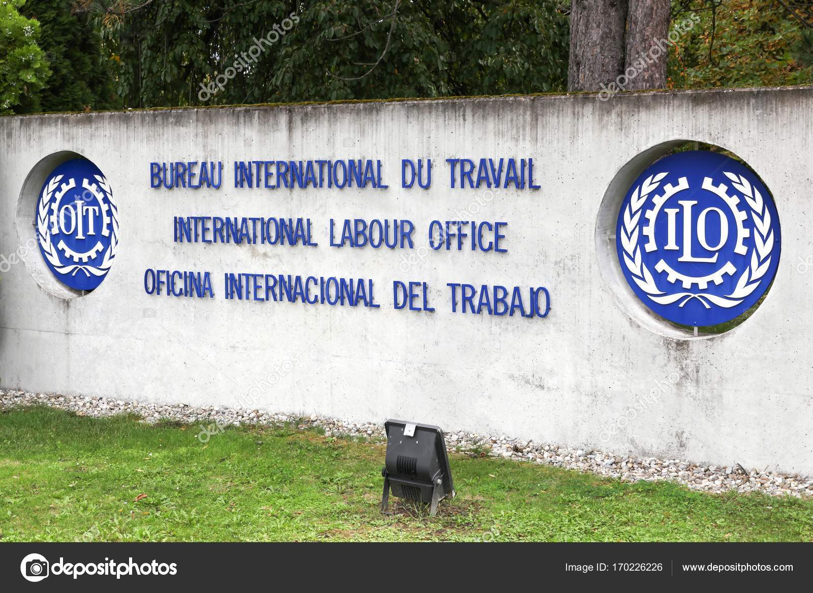 Logo du bureau international du travail sur un mur u photo