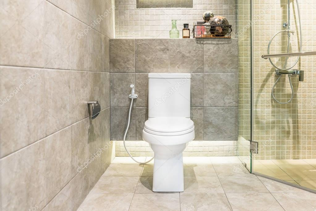 Weißer wc schüssel im modernen badezimmer im hotel innere des