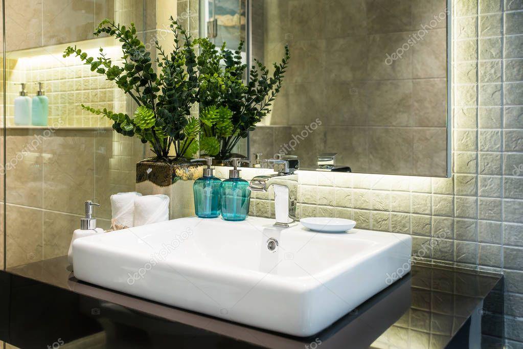 Interieur van de badkamer met wastafel bekken kraan en witte