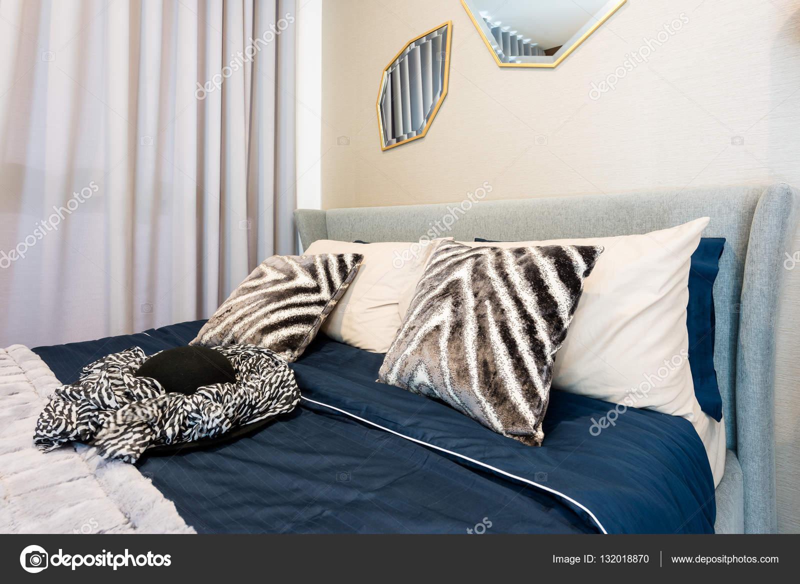 schlafzimmer innenraum mit bett und kissen fur gemutliches zuhause in modernen desi stockfoto