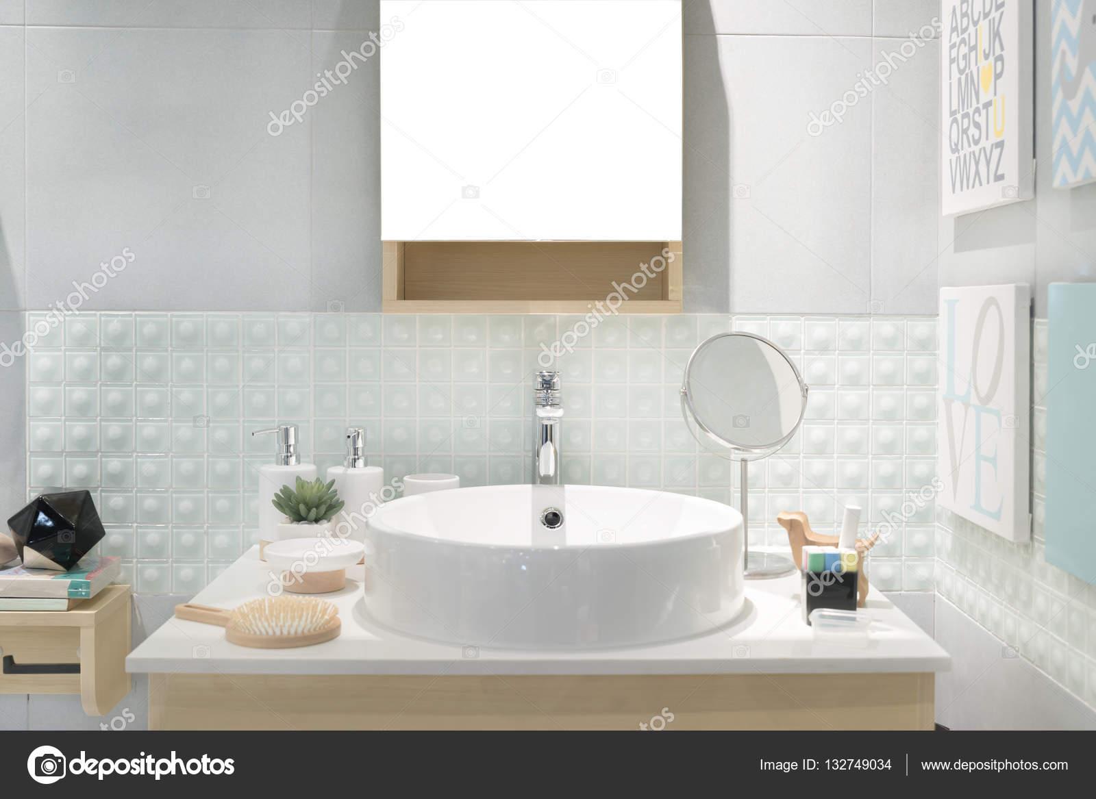 Interieur van de badkamer met wastafel bekken kraan en spiegel