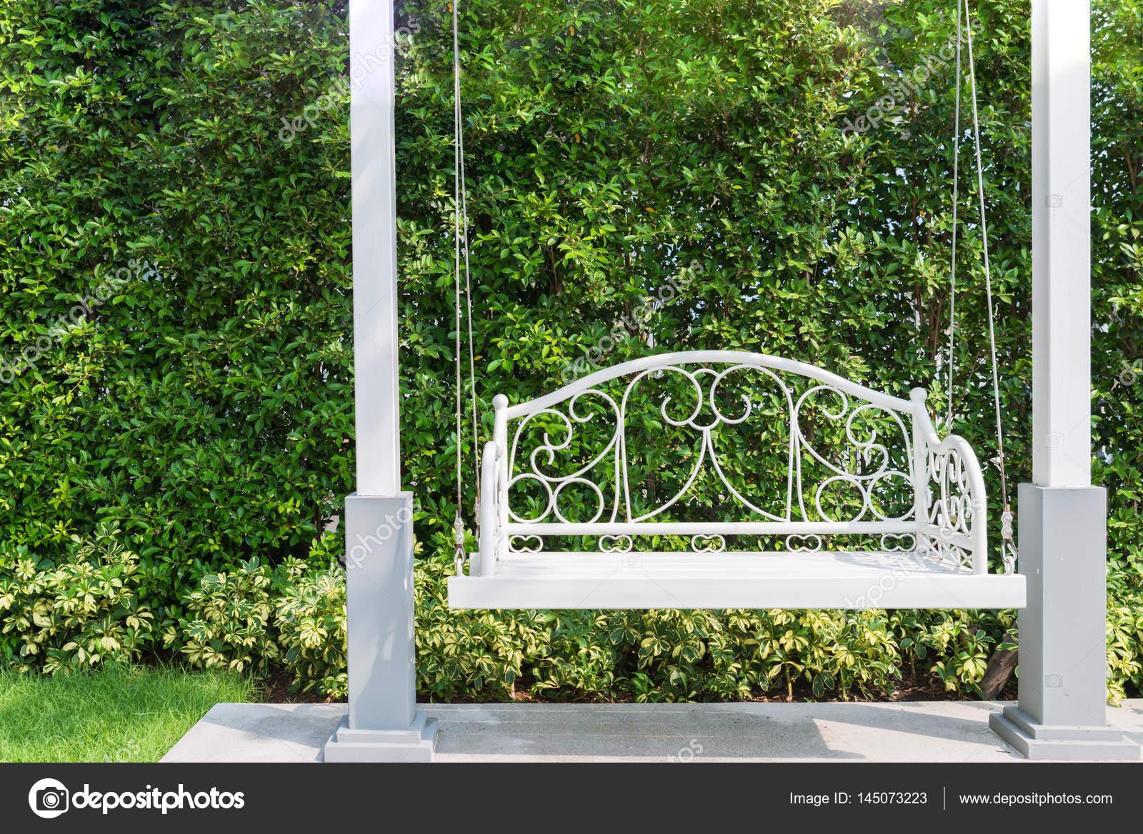 Schommel In Huis : Veranda met een witte veranda schommel op tuin in huis u stockfoto
