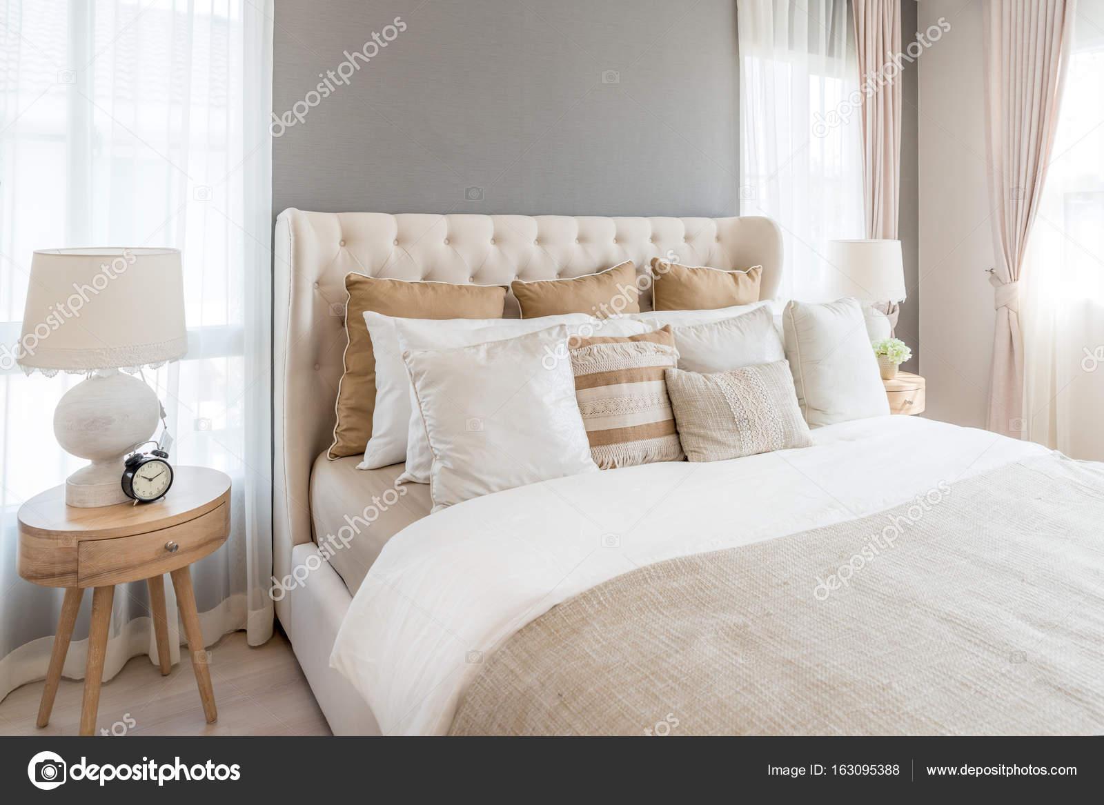 Uberlegen Schlafzimmer In Warmen Hellen Farben. Großes Bequemes Doppelbett Im  Eleganten Klassischen Schlafzimmer Zu Hause U2014 Foto Von Ake1150sb