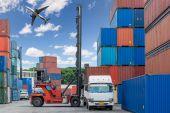 Vozík manipulační box naložení kontejneru na doky s náklaďákem a