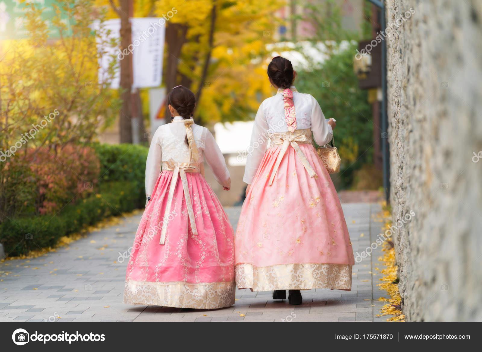 Mujer coreana de Asia vestida Hanbok vestimenta tradicional a pie ...