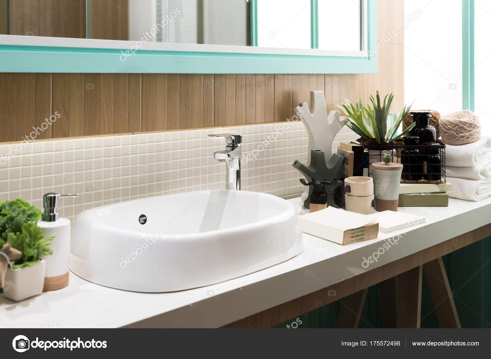 Lavandini Da Bagno Moderni : Interiore della stanza da bagno con lavandino rubinetto del lavabo e