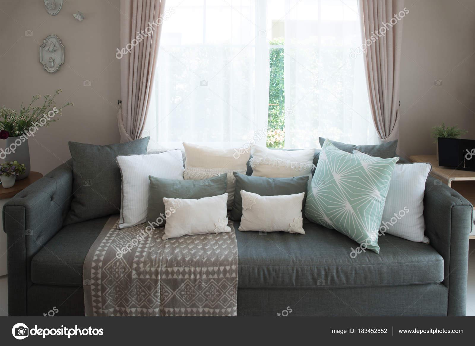 Lounge-Sofa und bunten Kissen in Lounge im Wohnzimmer im Haus ...