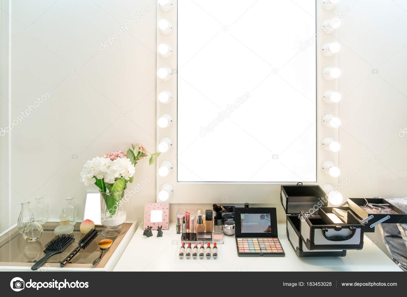 Credenzas Modernas En Espejo : Moderno closet sala con mesa de tocador maquillaje espejo y c