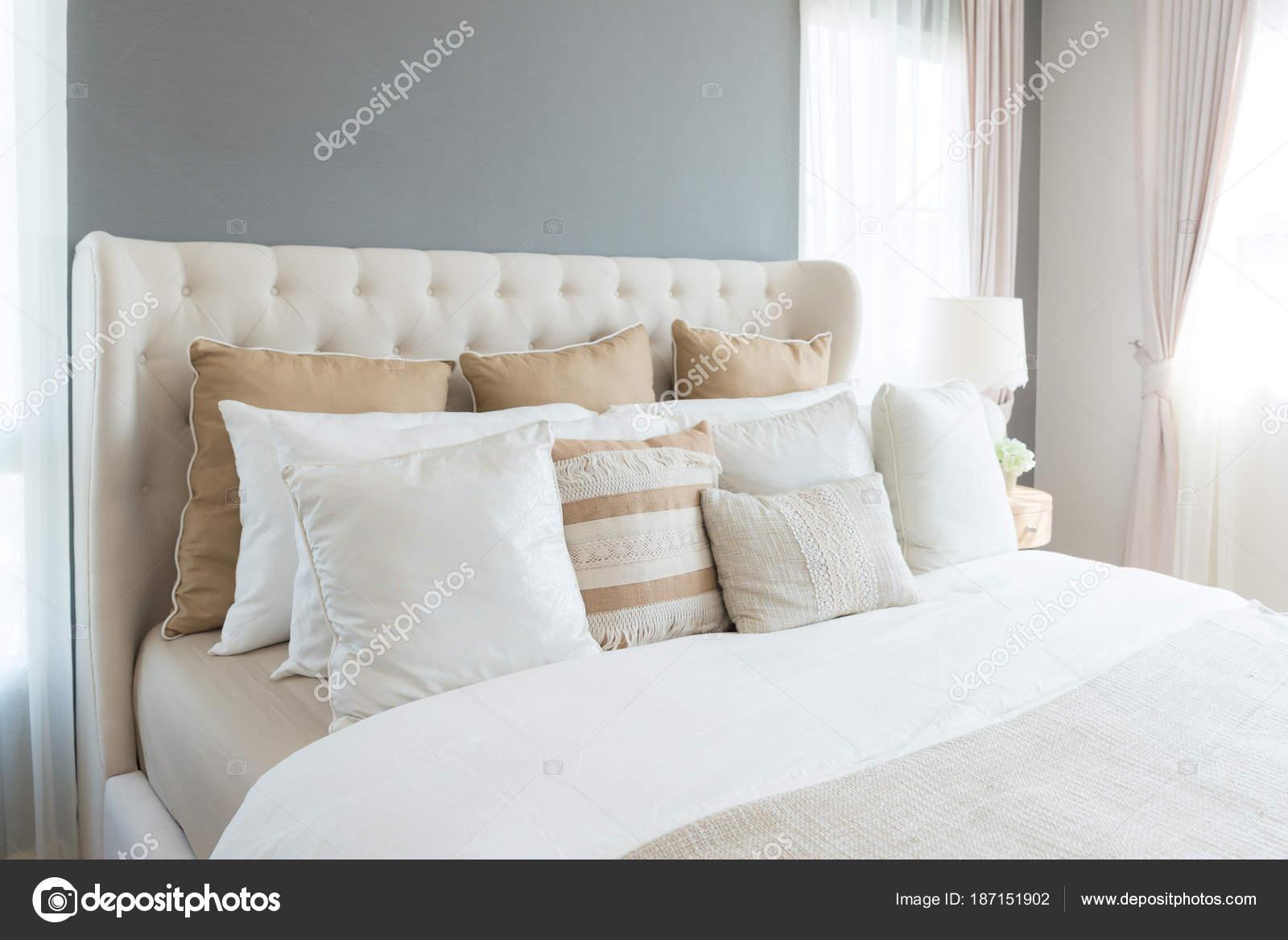 Camera da letto in morbidi colori chiari. grande letto matrimoniale ...
