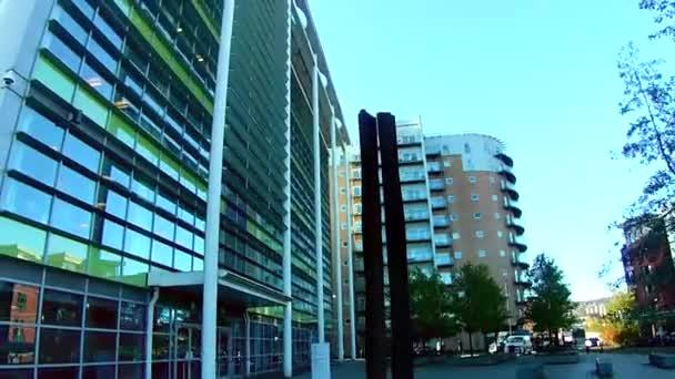 Sheffield, England - 18. November 2020: Moderne Gebäude. Moderne Architektur. Die Straßen von Sheffield. Blauer Himmel. Sonnenscheindauer.