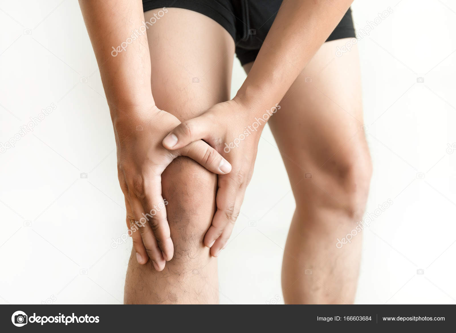el hombre de rodillas mantiene sufriendo de dolor en rodilla Closeup ...