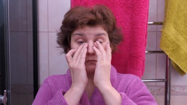 nő alszik a fürdőszobában reggel. Kora reggel.