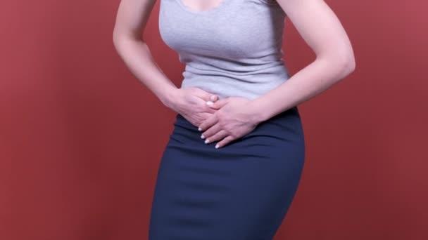 Bauchschmerzen. Frau hält Hände Bauch. Menstruationsschmerzen oder Darmprobleme. Schmerzen.