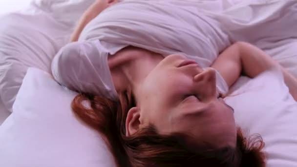 Zblízka tvář mladé ženy spát brzy ráno v posteli