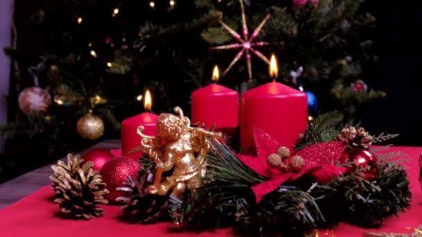 Nový rok 2021 nálada, vánoční svíčka, strom, šťastné svátky. Vánoční dárková krabice, vánoční míč na záři bokeh světla pozadí. Vánoční interiér. Koncept svátků a nový rok.