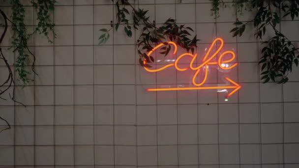 Neonový nápis, který říká, že kavárna visí na zdi v kavárně