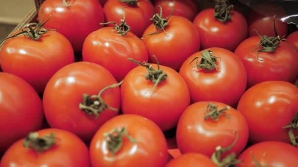Zralá rajčata v obchodě. Detailní záběr zralých eko rajčat