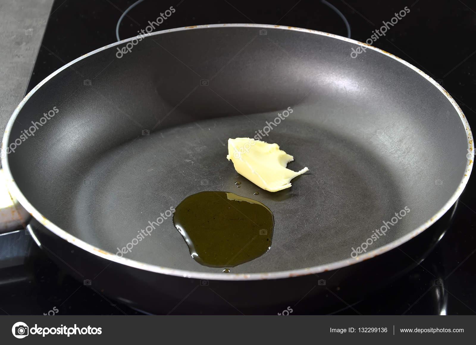 padella per cucinare con olio e burro photography — Foto Stock ...