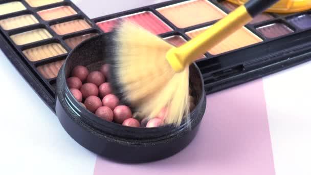 Kozmetikai termékek asztali sminkhez való közelsége