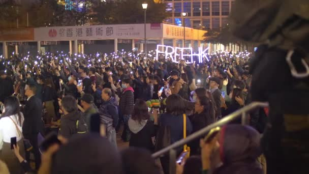 Hong Kong Protestors Raise Phones and Free HK Signs in Solidarity 4k