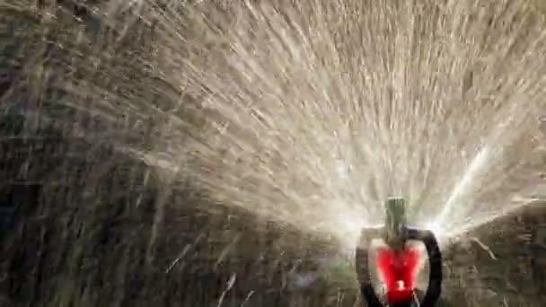 Detailní záběr vodu sprinkler, tmavé pozadí