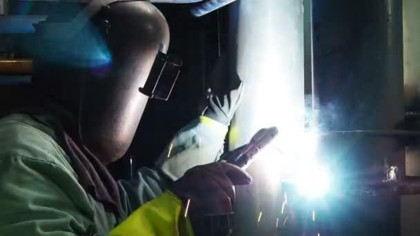 Schweißen auf einer Industrieanlage Industriearbeiter.