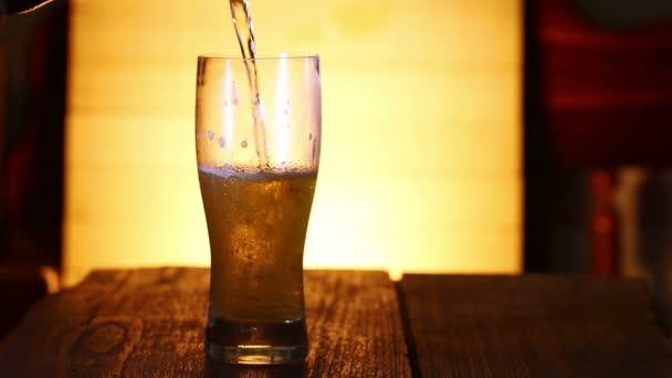 Zavřít až nalít pivo do skla.