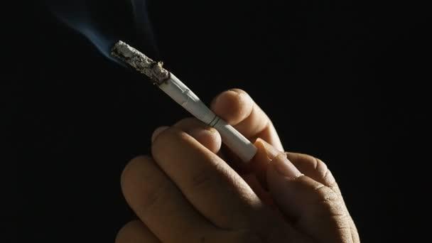 Ember cigaretta a dohányzás a fekete háttér, Hd klip.