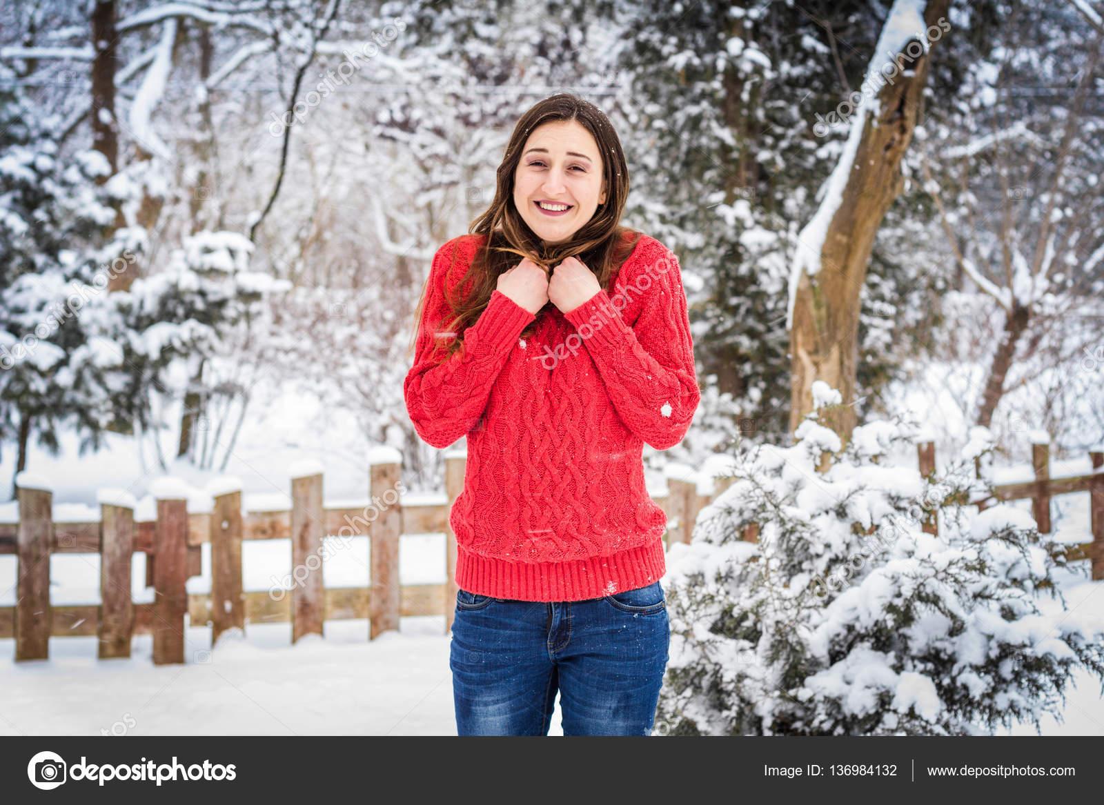 meilleure collection couleurs et frappant hot-vente authentique Hiver. Fille en pull rouge sur fond de neige souriant ...