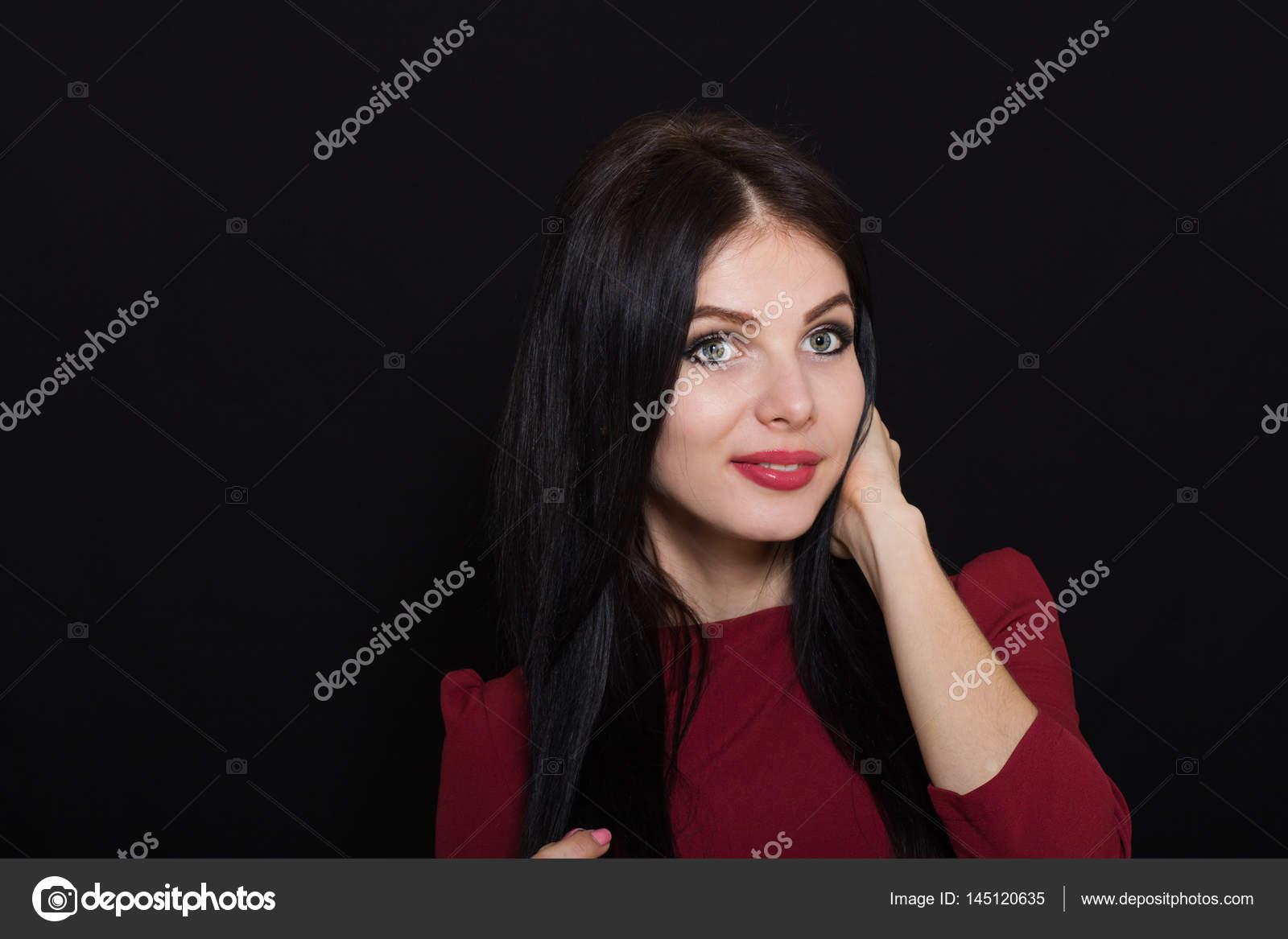 Brune Aux Yeux Bleus Photos belle femme brune aux yeux bleus sur un fond sombre détient ses