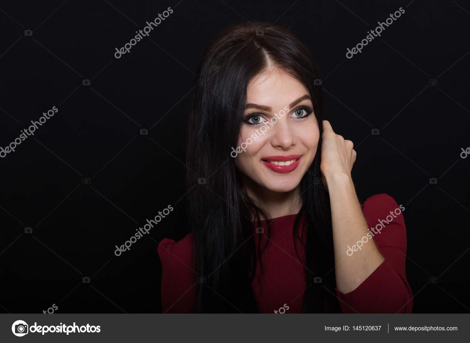 Brune Aux Yeux Bleus belle femme brune aux yeux bleus sur un fond sombre détient ses