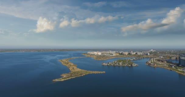 Letecký fantastický pohled na město ze strany řeky letní
