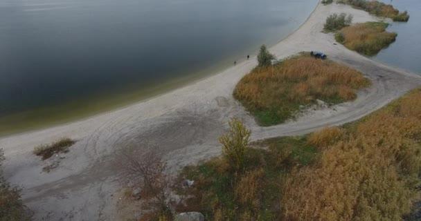 A légi felvétel a homokos kaszát benőtt a nád és a fák. Este a vihar