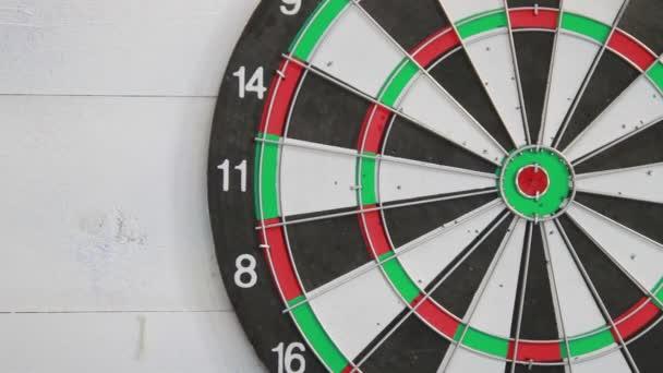 erfolgreicher Wurf nach vorne und roter Pfeil in der Mitte des Darts. Nahaufnahme