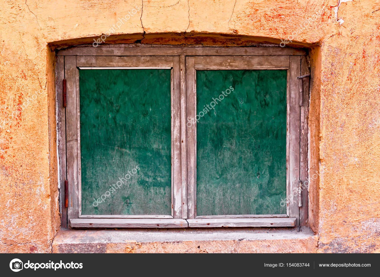 Zwei alte Fensterrahmen — Stockfoto © k009034 #154083744