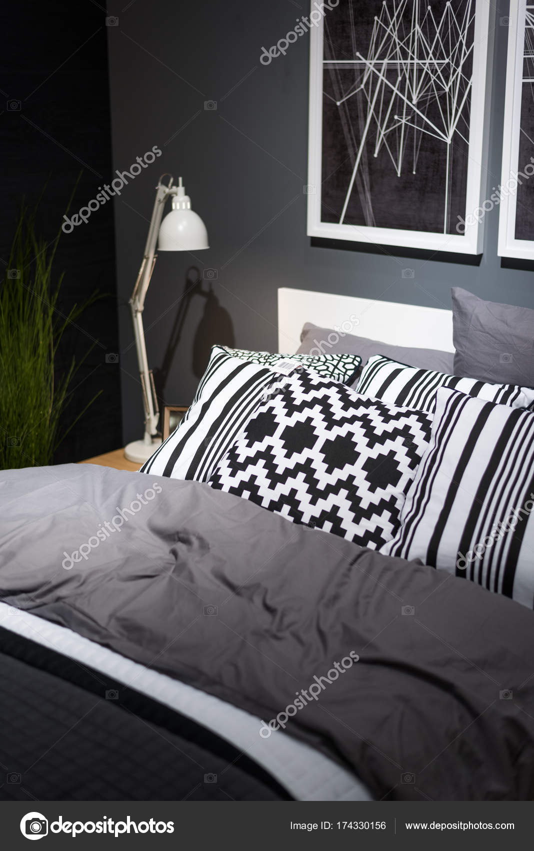 Superbe Lit Avec Oreillers Dans Chambre Coucher Près Mur Noir Intérieur U2014 Photo