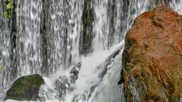Vodopád v lese zpomalené