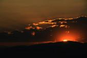 Červená purpurová oranžová obloha západu slunce