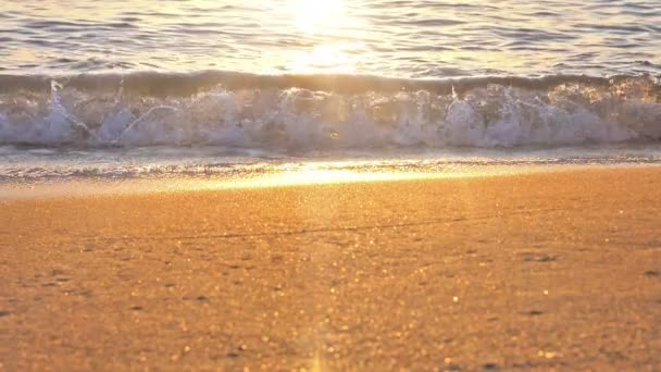 pláž vlna stříkající makro při západu slunce